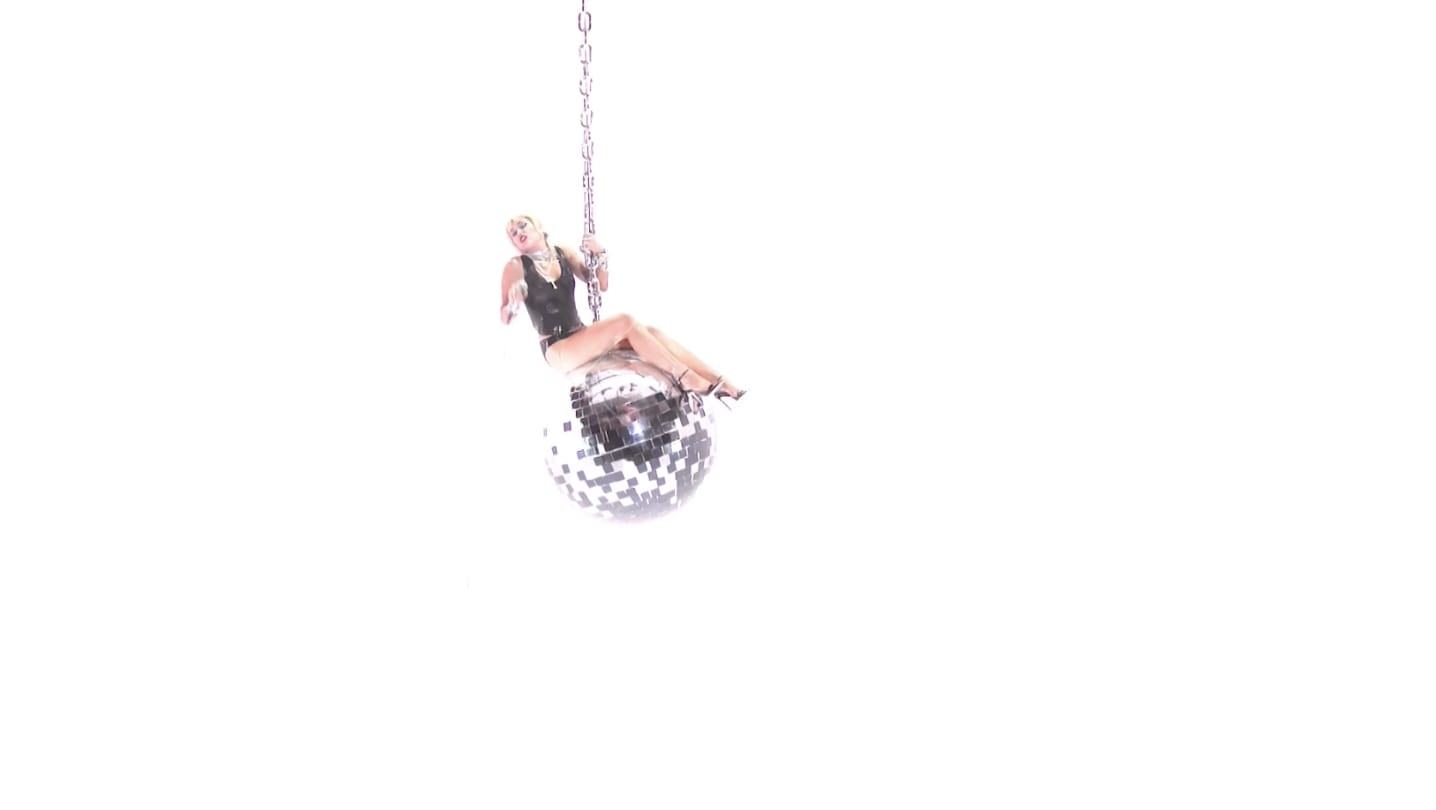 Miley balançando na bola de espelho