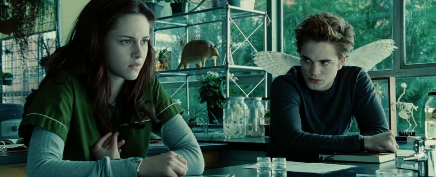 """Print do filme """"Crepúsculo"""", da cena que o Edward conhece a Bella. Ele está olhando para ela com estranheza."""