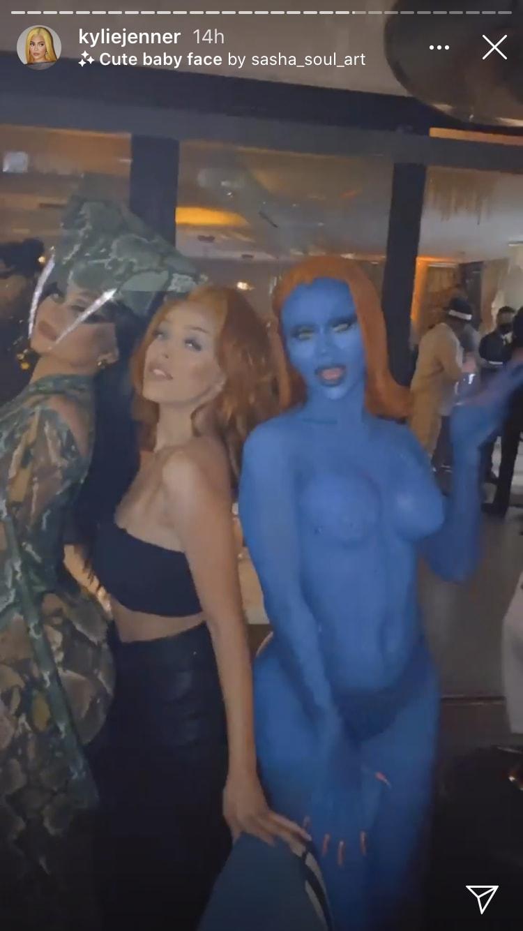 Convidadas fantasiadas na festa de Halloween de Kendall Jenner.