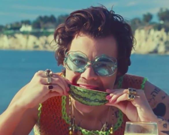 harry styles comendo melancia no clipe de watermelon sugar high