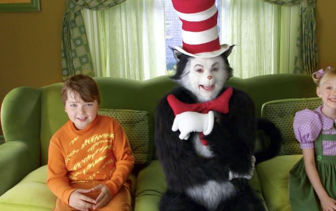 """o gato de """"grinch"""" sentado no sofá com as crianças"""