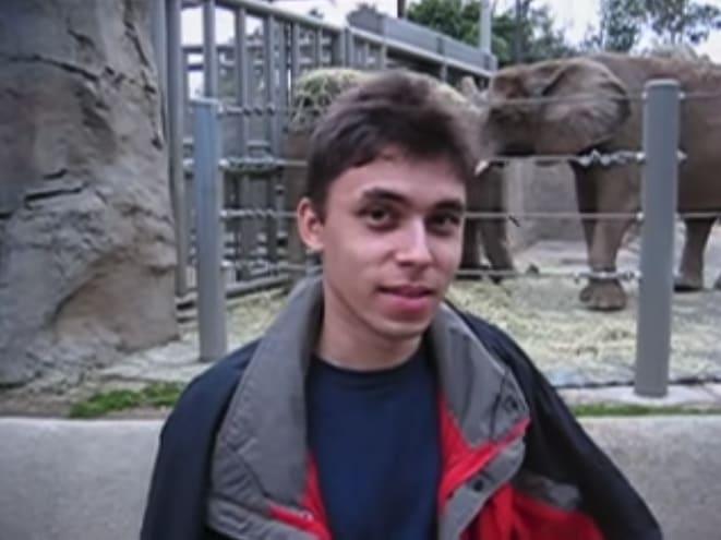 captura de tela do vídeo do Jawed Karim posando na frente da área dos elefantes