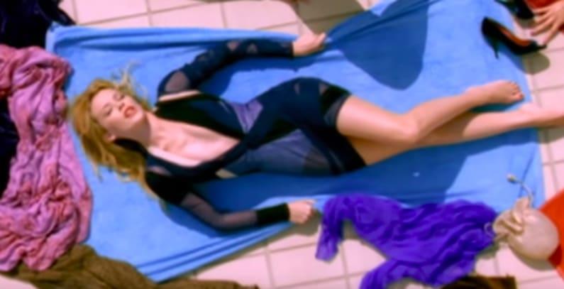 """Foto do clipe de """"Slow"""", da Kylie Minogue."""