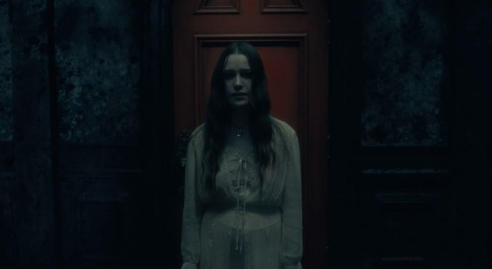 Imagem sombria mostra a Moça do Pescoço Torto na série A Maldição da Residência Hill.