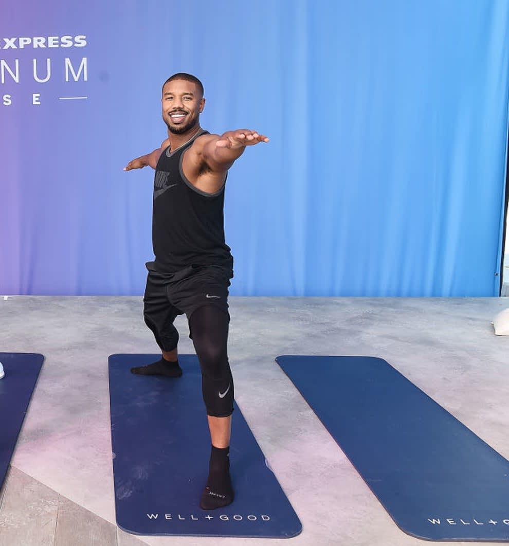 B. Jordan fazendo yoga.