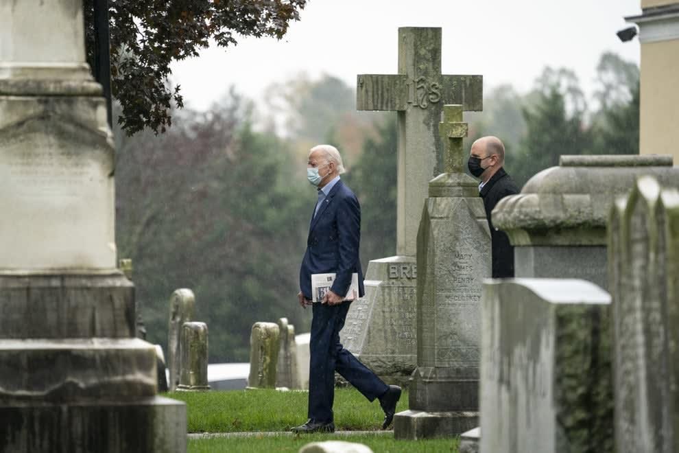 Biden caminhando em um cemitério.