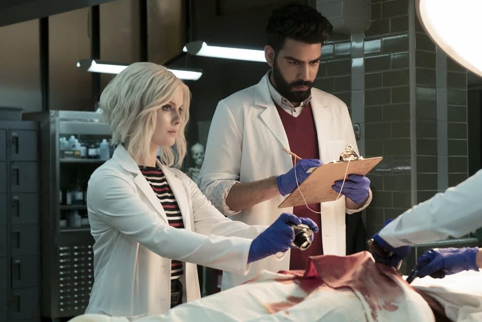Imagem da série iZombie mostrando dois personagens realizando um autópsia em um corpo.