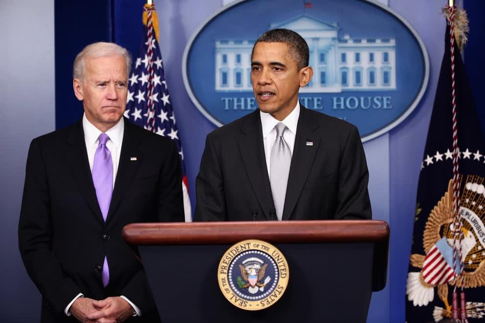 Biden ao lado de Obama.