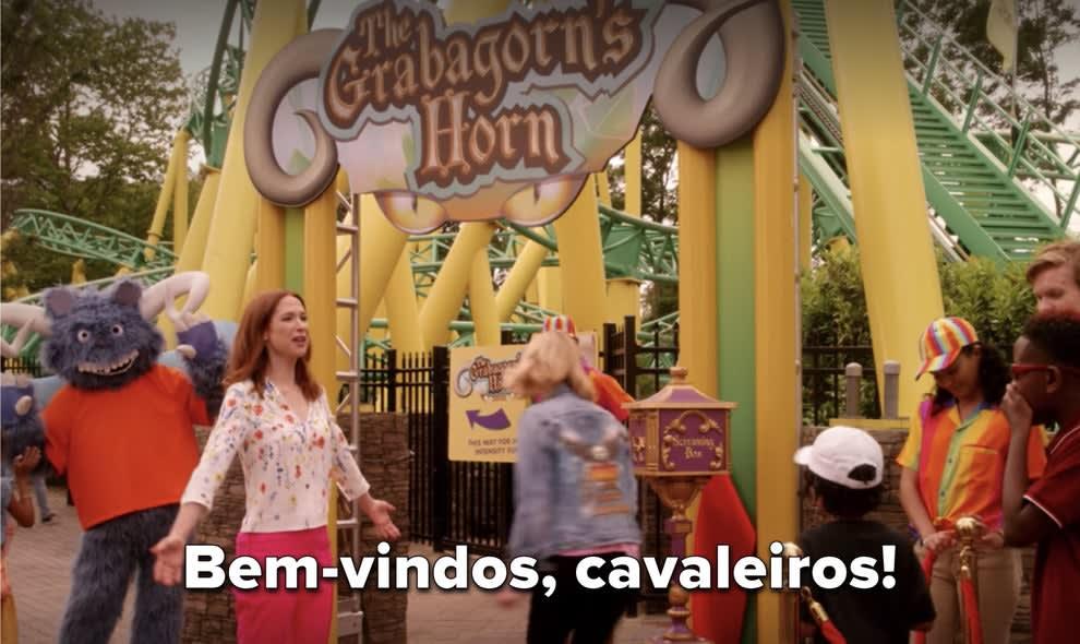 """Kimmy diz """"Bem-vindos, cavaleiros!""""no seu parque de diversões."""