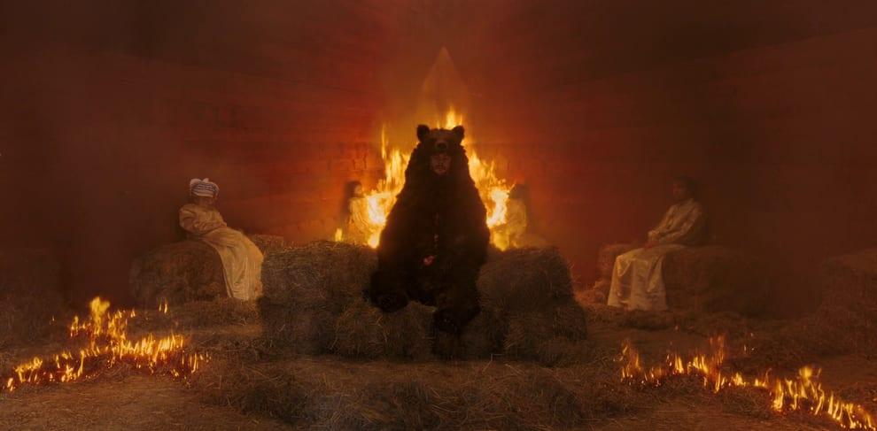Christian dentro de uma pele de urso dentro de uma casa pegando fogo