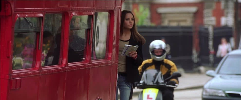 Daphne em um ônibus vermelho em Londres