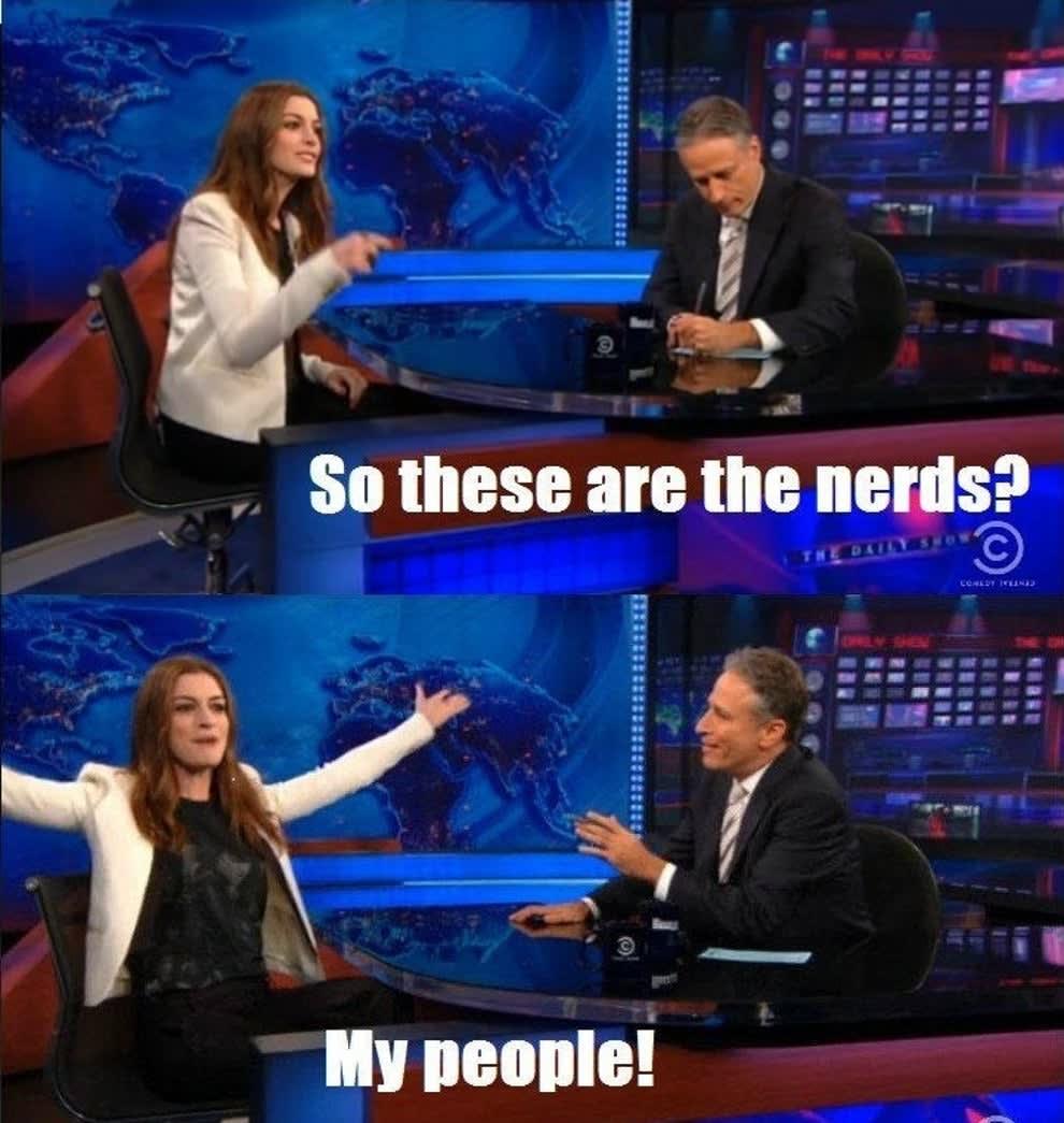 """Anne Hathaway dizendo """"Então esses são os nerds? Minha galera!"""""""