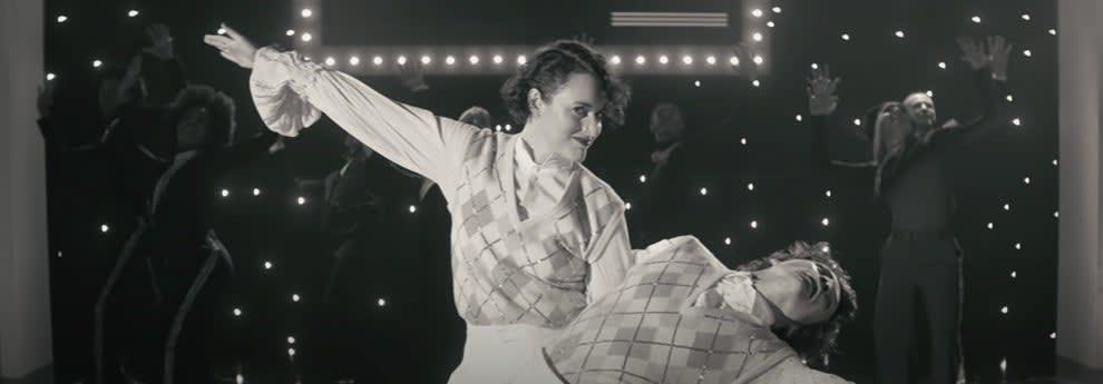 Harry Styles e Phoebe Waller-Bridge fazendo a pose final