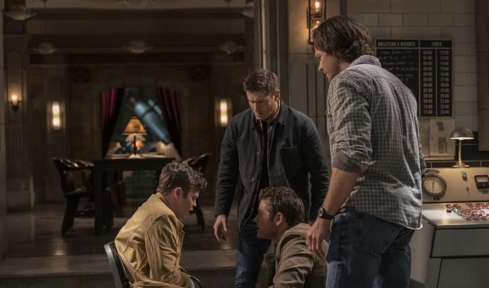Castiel, Dean e Sam conversando com um homem