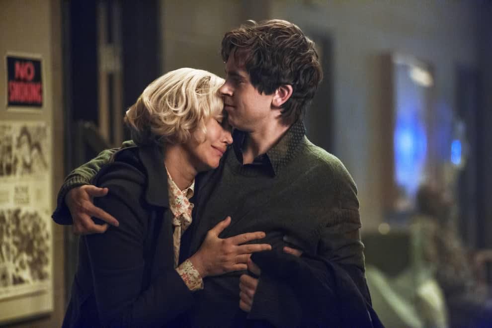 Imagem da série Bates Motel onde vemos Norman Bates abraçando sua mãe, Norma Bates. Ela está chorando.