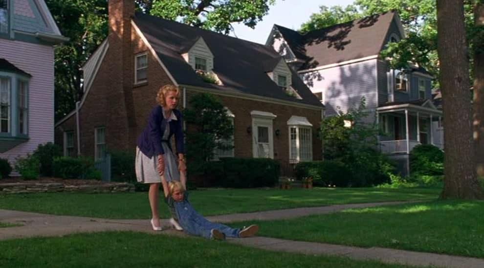 """A vizinhança do """"Dennis O Pimentinha"""", a mãe puxa Denis pelos braços"""
