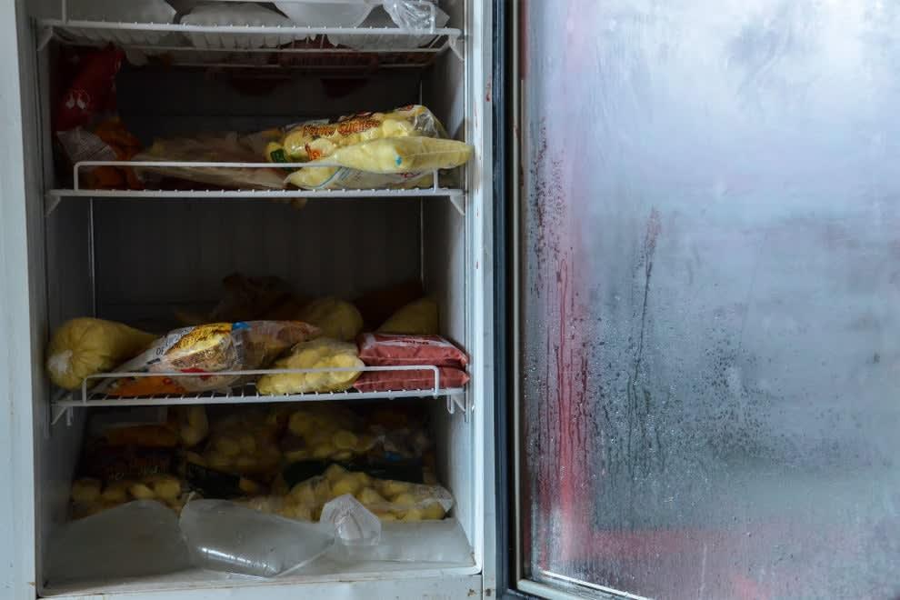 Freezer desligado com vários alimentos dentro. É possível observar que as comidas não estão refrigeradas.