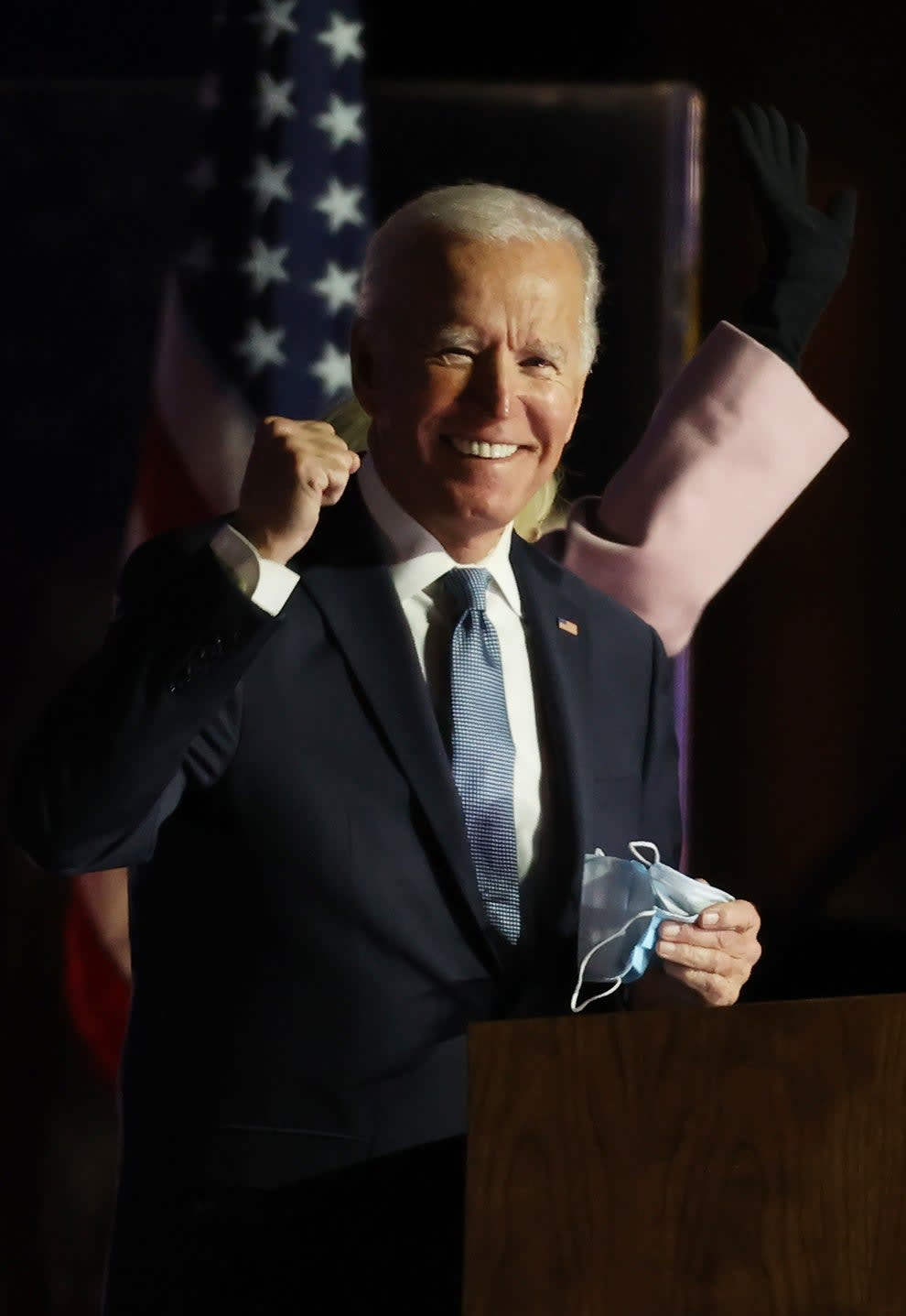 Biden sorrindo e com um punho levantado