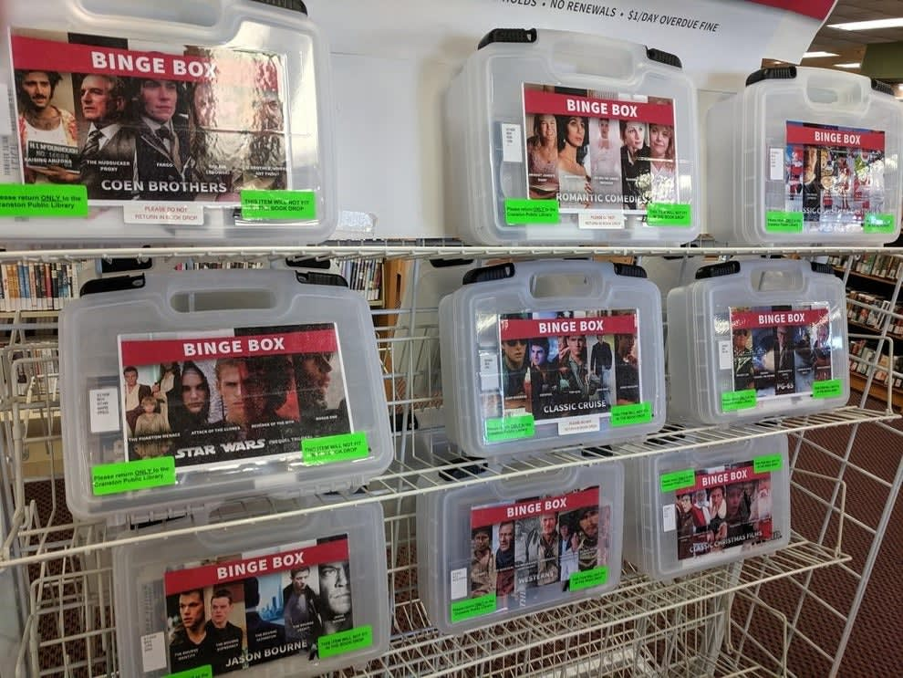 Caixas plásticas com vários filmes do mesmo gênero