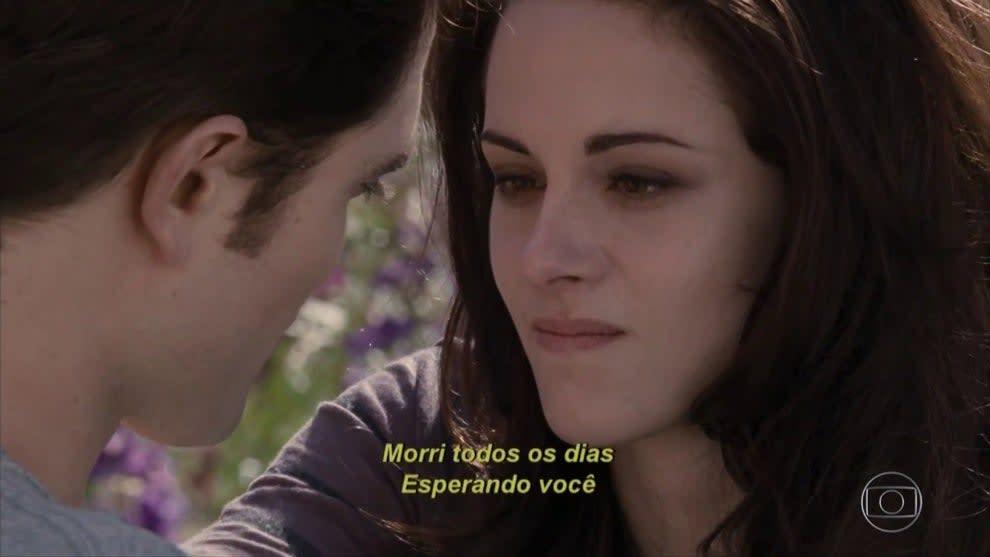 """Print do filme, Bella olha para Edward com a legenda """"Morri todos os dias esperando você""""."""