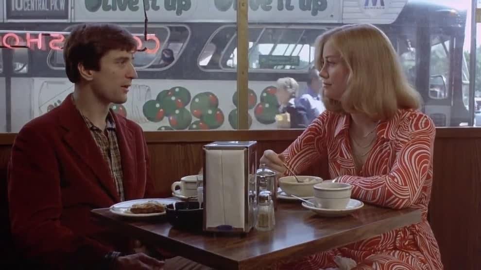 """Travis e Iris, de """"Taxi Driver"""" sentados num restaurante"""