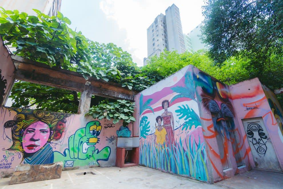 Grafites nas paredes da área externa da Ocupação 9 de Julho.