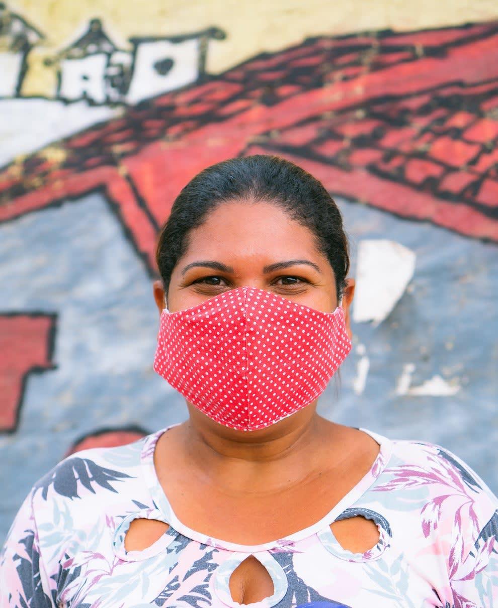 Jane, moradora da ocupação, usando uma máscara vermelha.