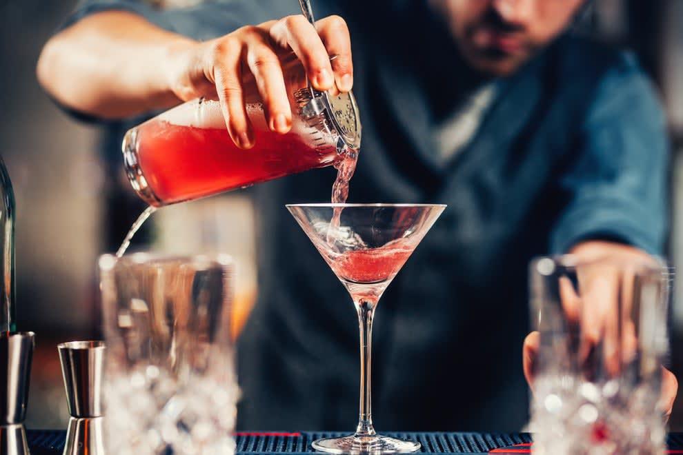 Um barman fazendo um drink