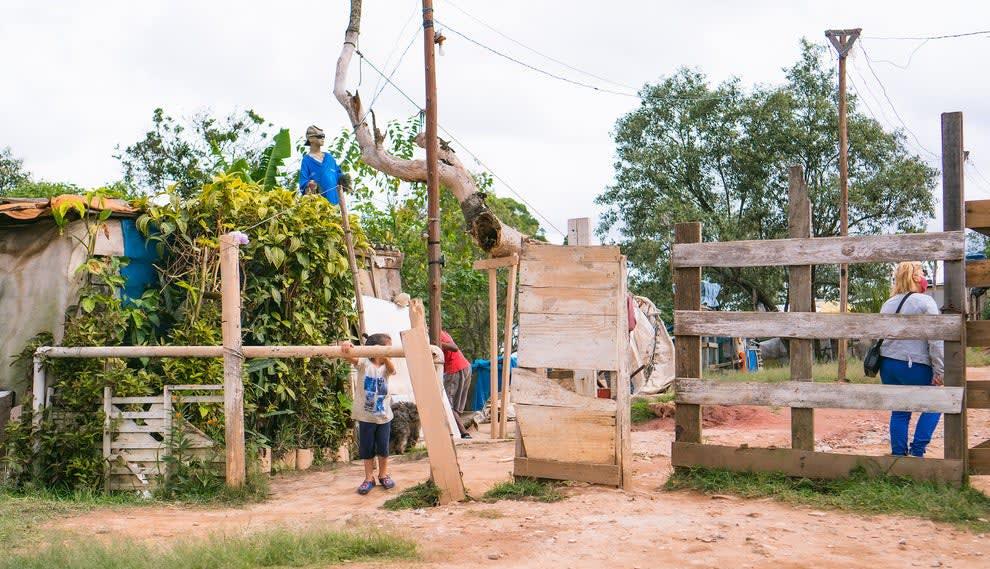 Portão de tábuas de madeira da Ocupação Nova Palestina, que tem o acesso controlado por moradores.