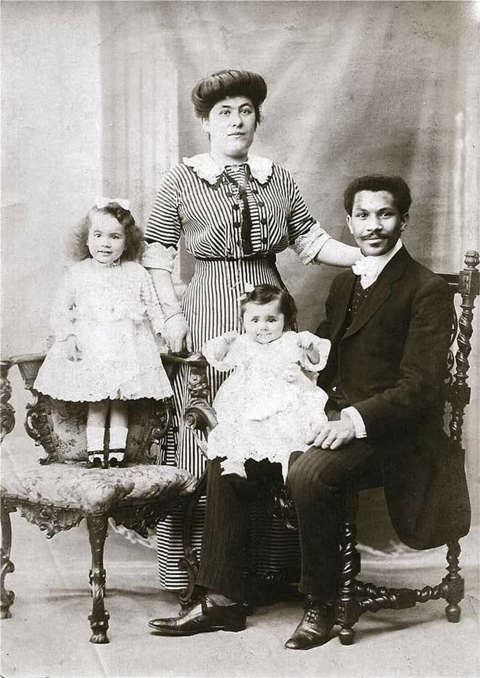 FamíliaLaroche posando para um retrato
