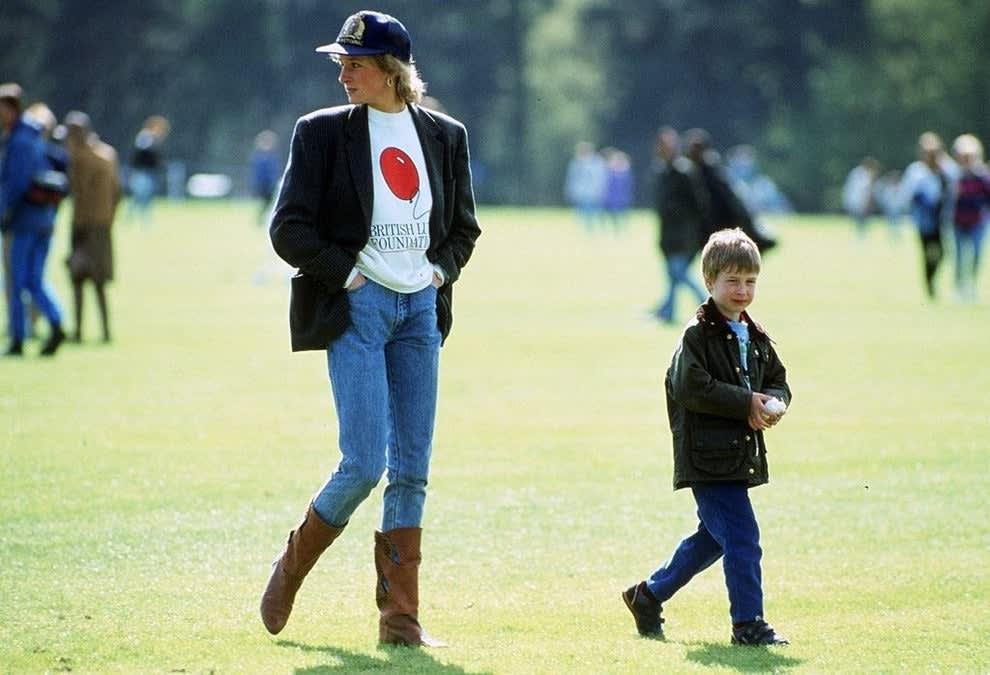 Princesa Diana caminhando com o Príncipe William ainda jovem.