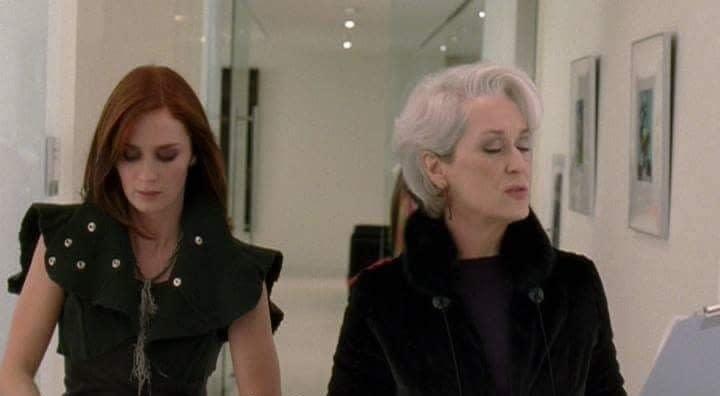 Miranda e Emily analisando papéis