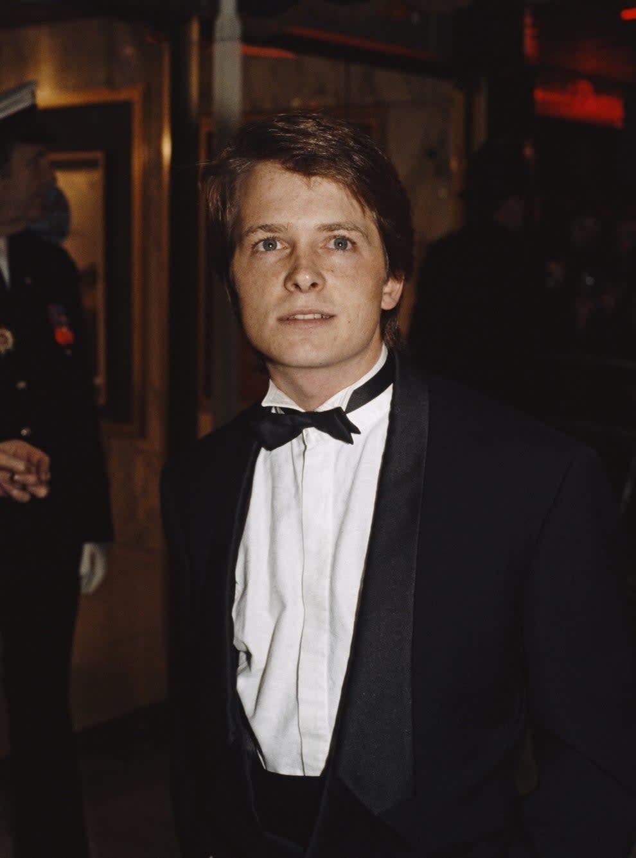 o jovem Michael de terno e gravata borboleta