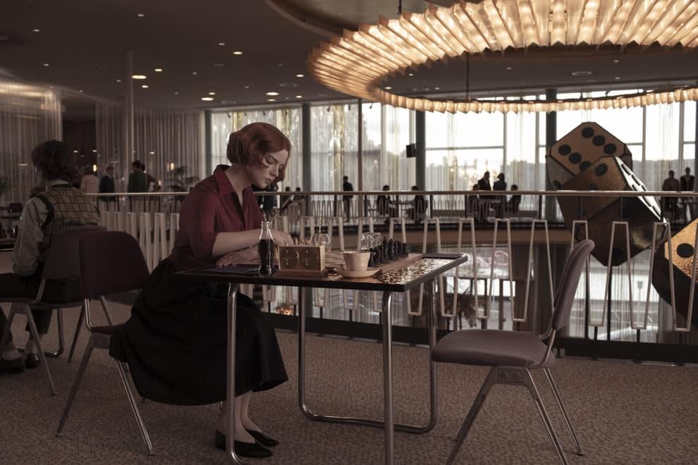 Beth sentada sozinha no torneio de xadrez