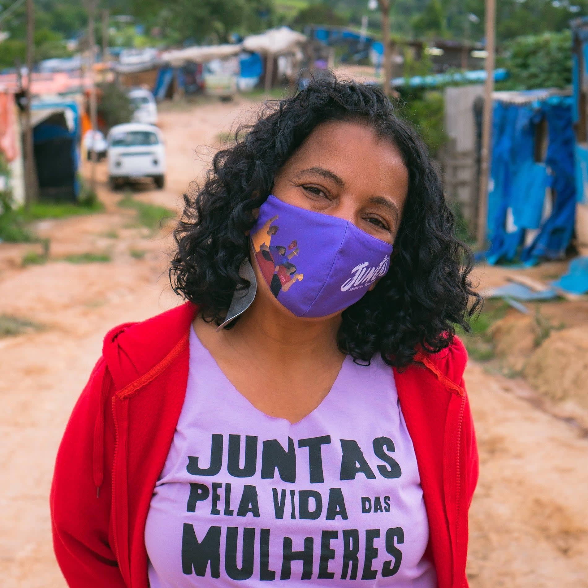 """Jussara Basso vestindo camiseta roxa onde se lê """"Juntas pela vida das mulheres""""."""