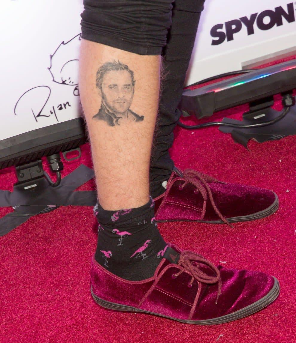 close da perna do ryan cabrera: a tatuagem do ryan gosling