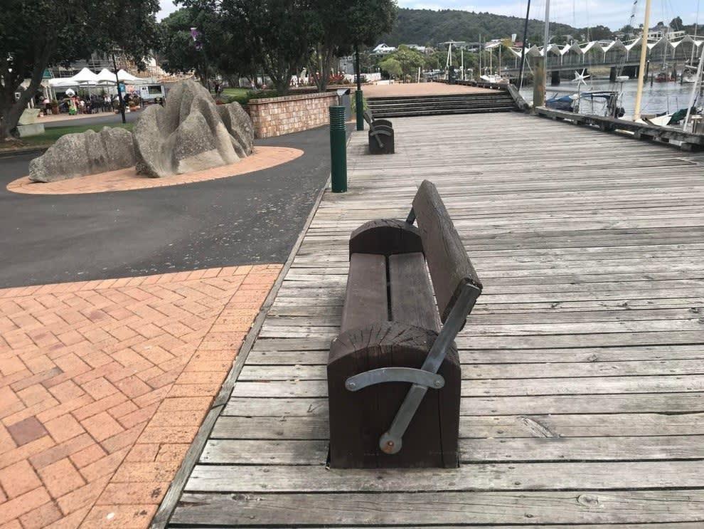 Um banco de madeira que o encosto muda de um lado para o outro
