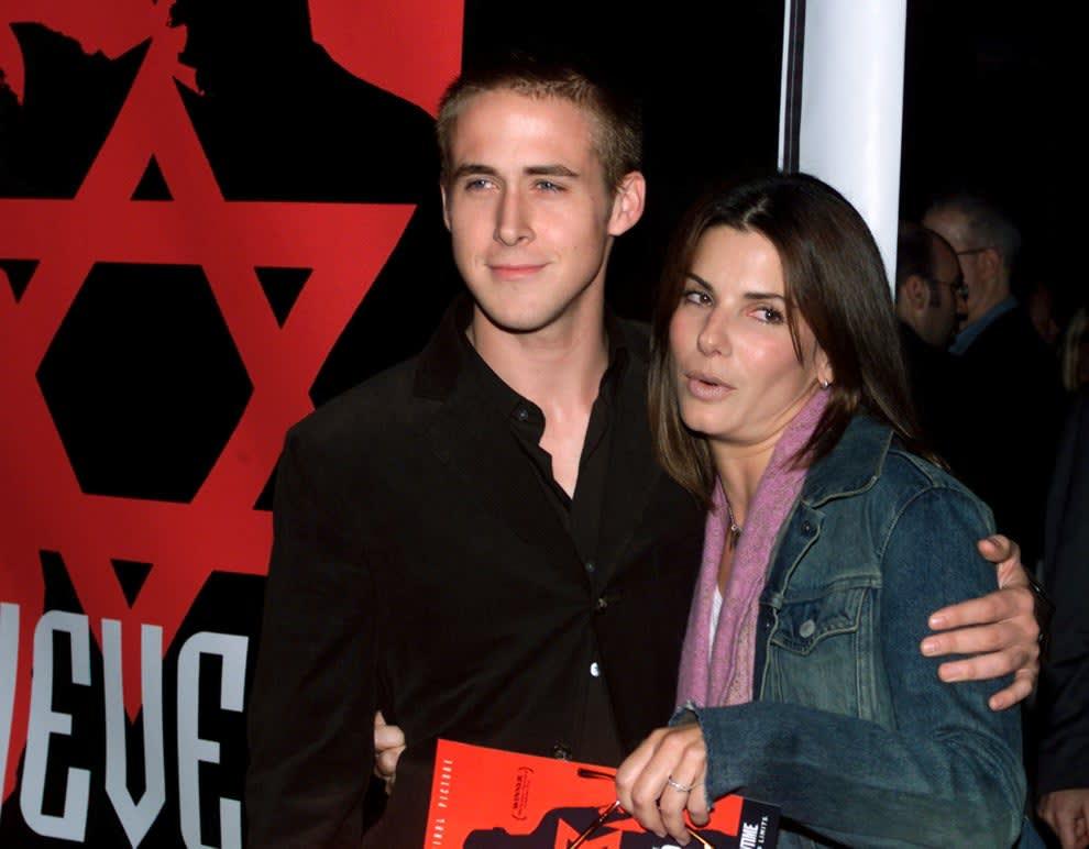 Foto do Ryan Gosling e Sandra Bullock posando juntos.