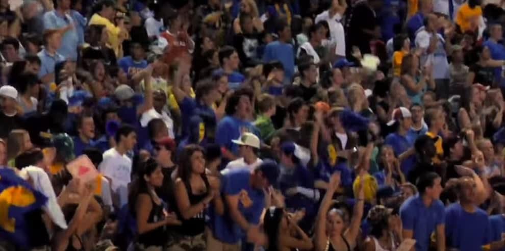 """uma multidão assistindo a um jogo de futebol americano em """"Friday Night Lights"""""""