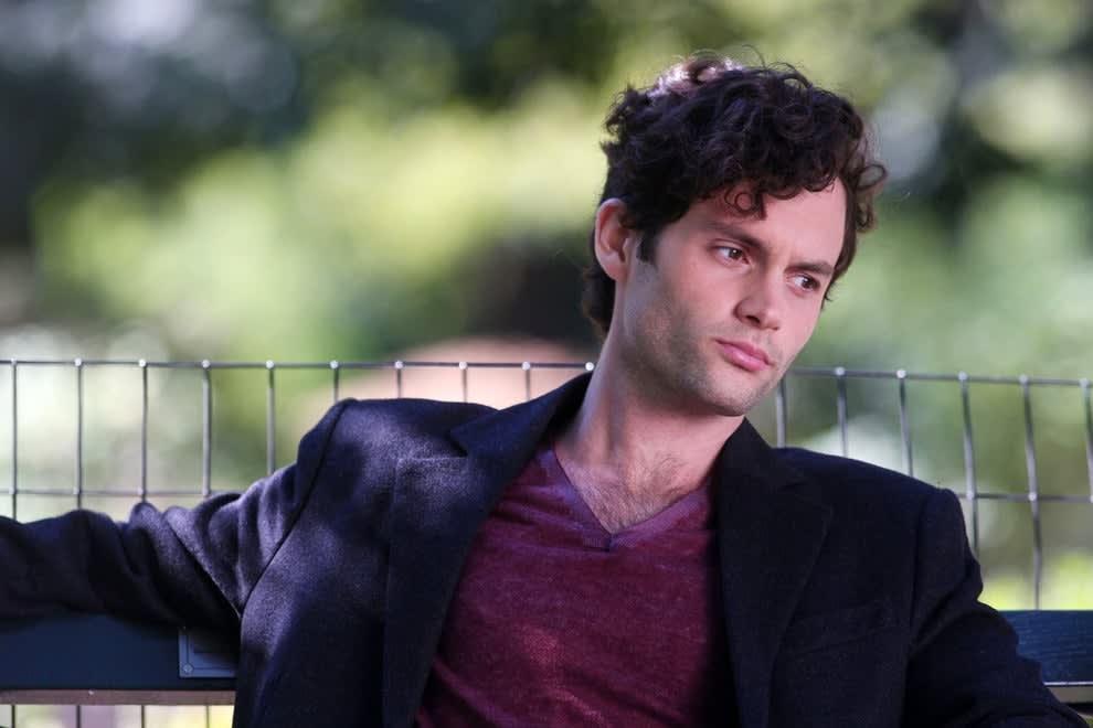 Foto de Dan Humphrey sentado em um banco.