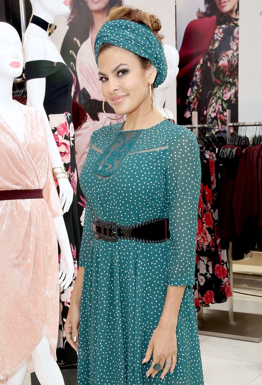 Eva em uma loja de roupas e com manequins