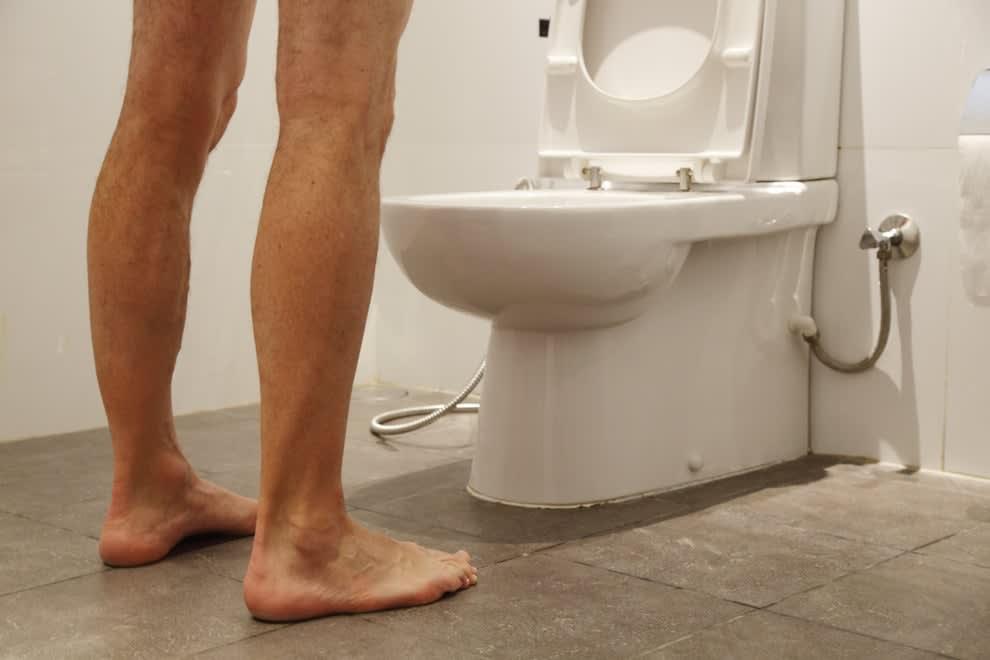homem em frente ao vaso sanitário