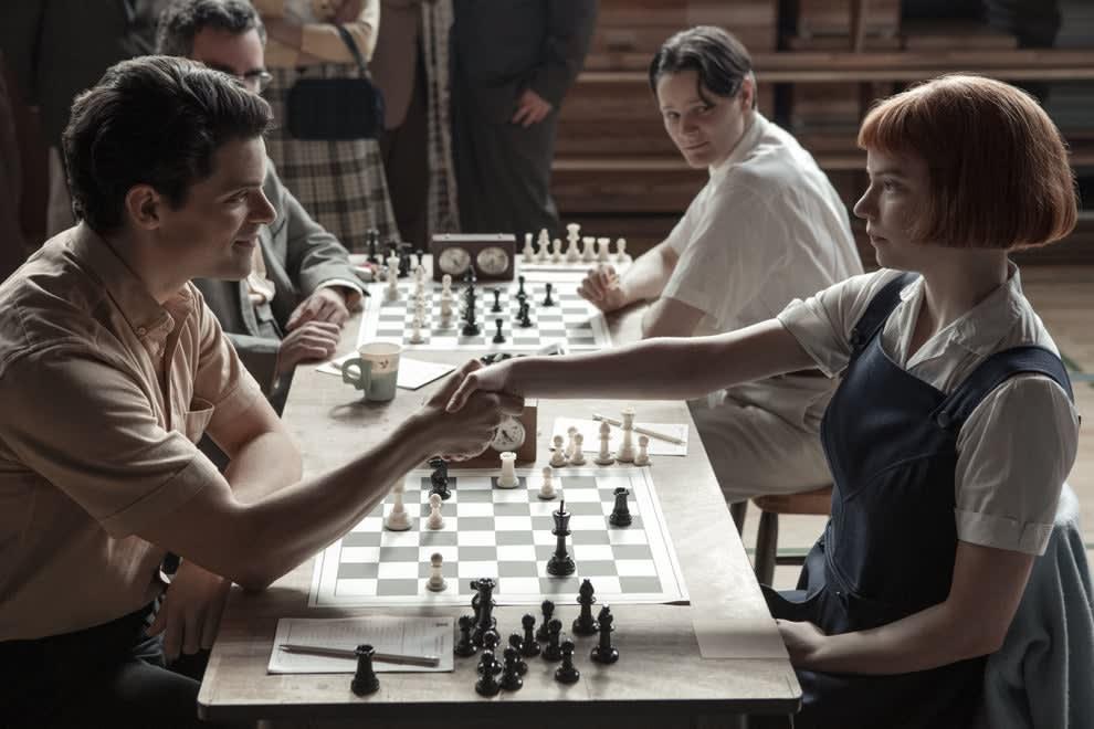 Anya Taylor-Joy como Beth apertando as mãos do oponente na competição de xadrez