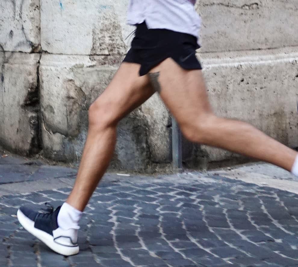 Harry Styles correndo de shorts curto.