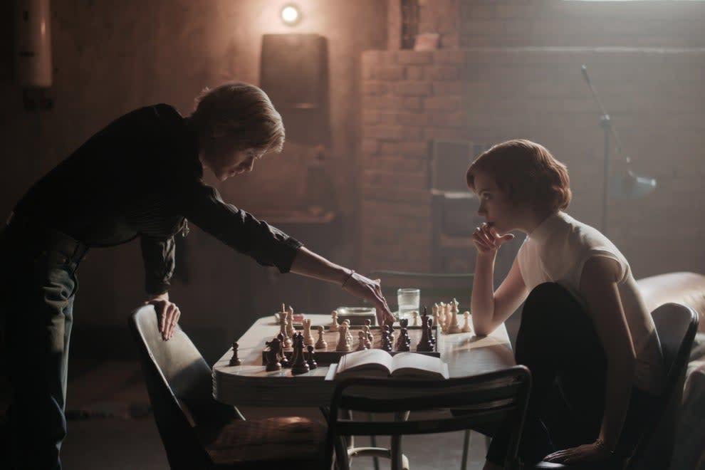 """Beth e Benny jogando uma partida de xadrez em """"O Gambito da Rainha"""""""