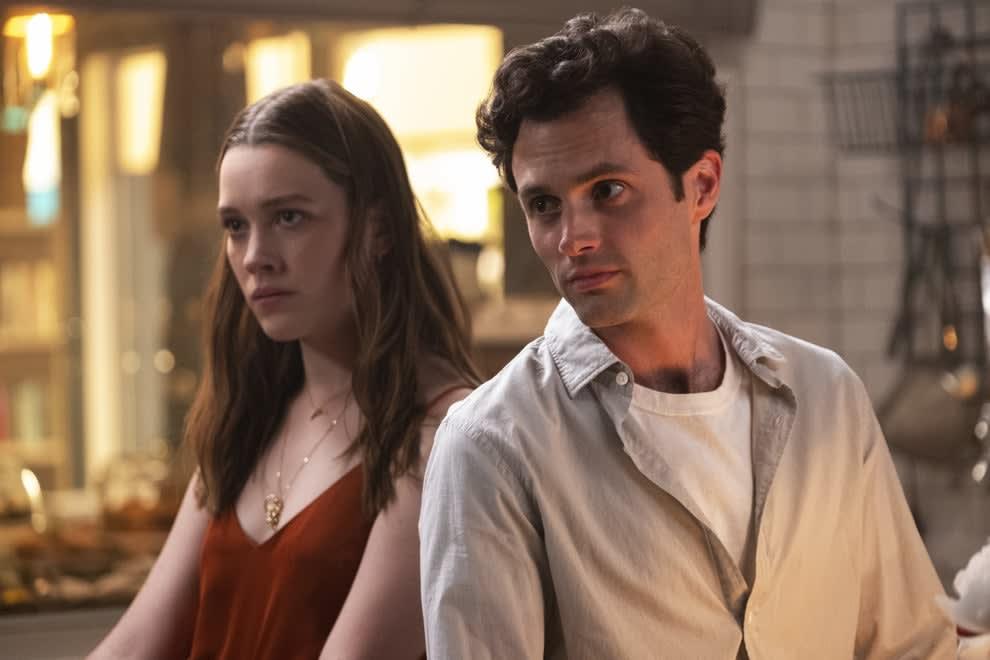 Imagem da série você mostrando os atores Victoria Pedretti e Penn Badgley lado a lado.