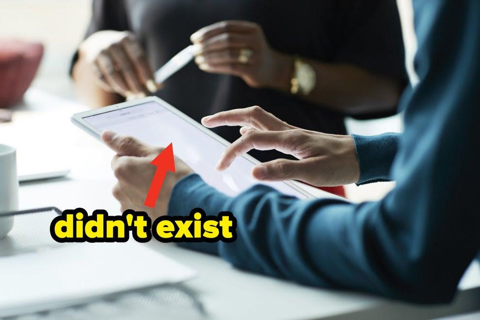 """Pessoa usando um iPad com uma legenda dizendo """"Não existia"""""""