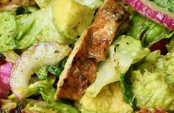Experimente esta refrescante salada de frango e abacate