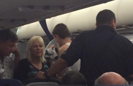 Uma mulher vai processar a United Airlines por forçar sua filha autista a desembarcar de um voo