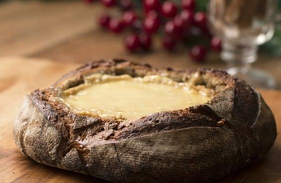 Este queijo brie assado no pão vai deixar sua ceia de Natal chiquérrima!
